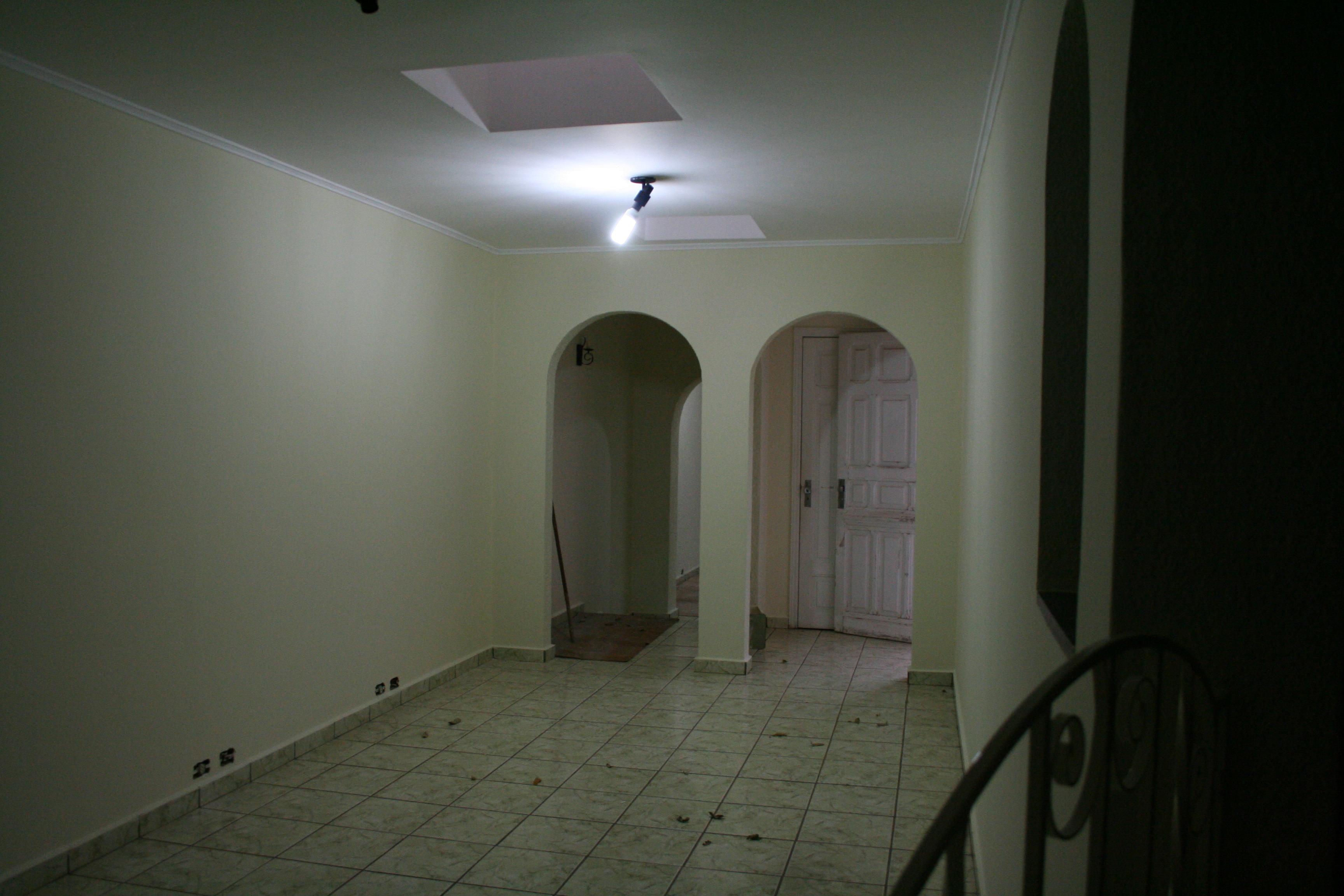 então daquela porta à direita a gente sai aqui neste quintal…alí  #485783 3456 2304